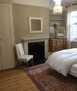 Pretty, super comfortable double room and bathroom - Windsor