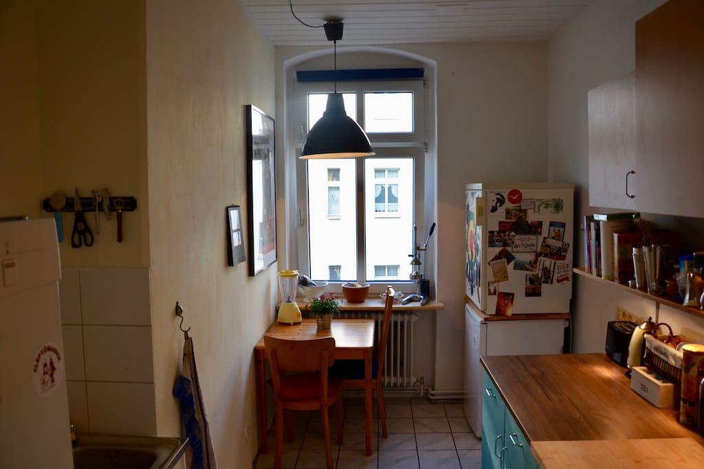 Küche mit großer Arbeitsfläche und Sitzgelegenheit / Kitchen with a large worktop and seating-accomodation