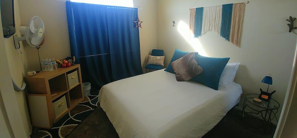 Cozy, bright, private room & bath near attractions