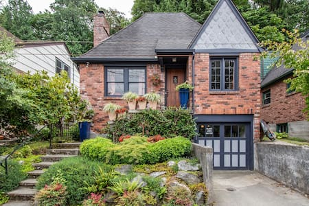 Charming, Private 2 Bed Montlake Suite w/ Parking