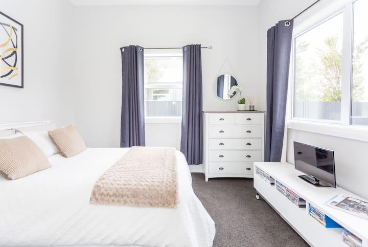 Chic beachside bungalow - Double bedroom