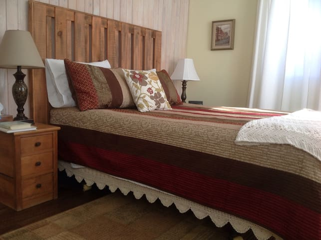 Cozy, large bedroom with spa bath. - Vankleek Hill - Penzion (B&B)