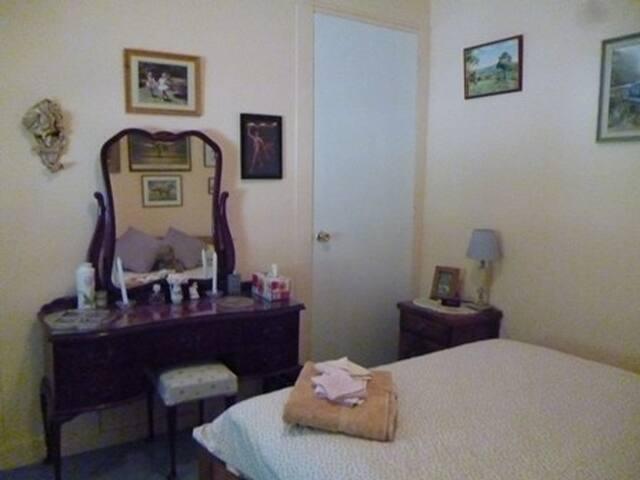 The Front Bedroom - Queen Bed