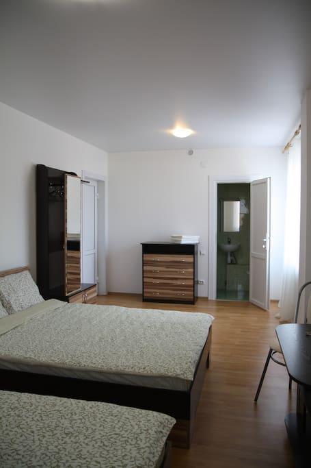 Светлая комната для 4х гостей