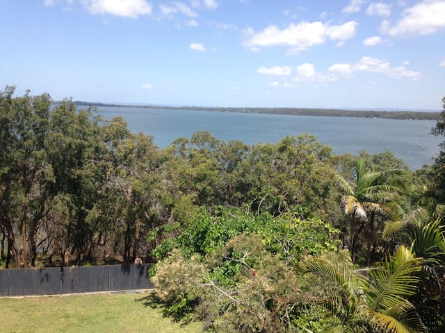 Lake Munmorah Hideaway sleeps 8, 4 bedrooms