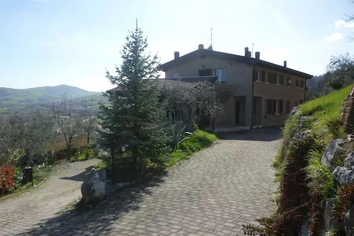 Villa moderna con terrazza a Montescudo
