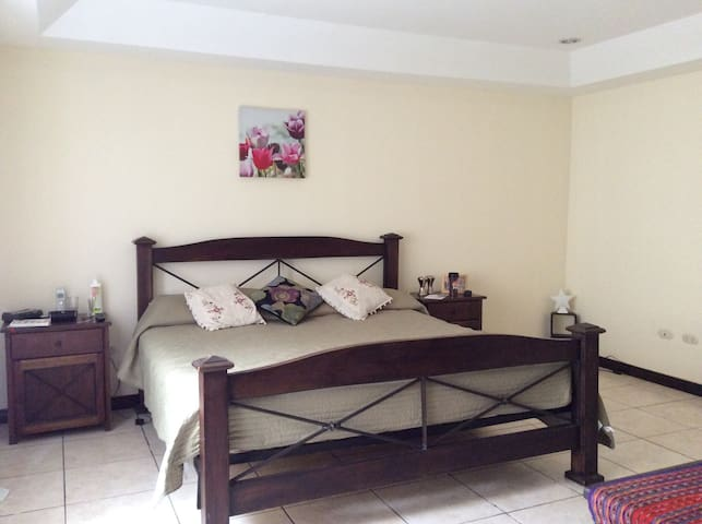 Cozy & Spacious w/ Private bathroom - San Antonio de Belén - Casa