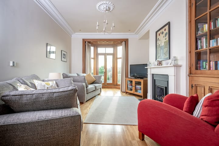 Light and airy4 bedroom house with large gardens