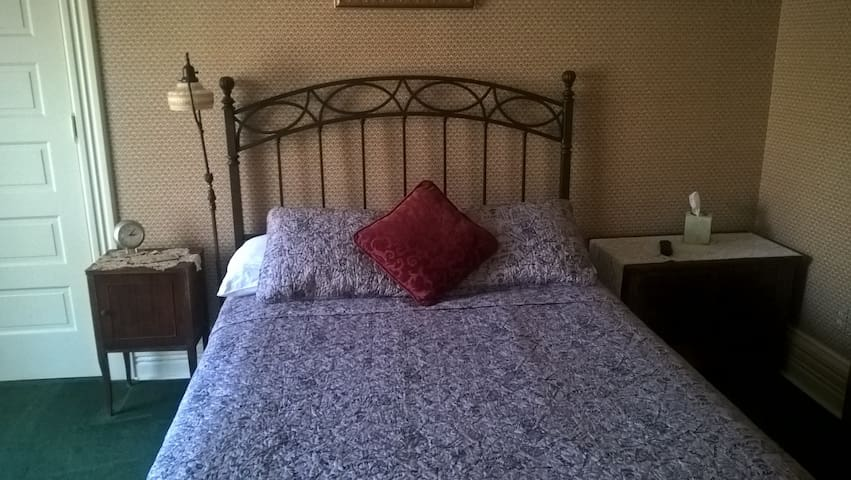 The Lahey Room at the Innisfree B&B! - South Bend - Bed & Breakfast