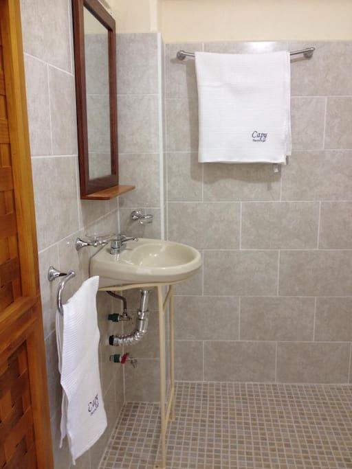 baño completo, nuevo y reluciente