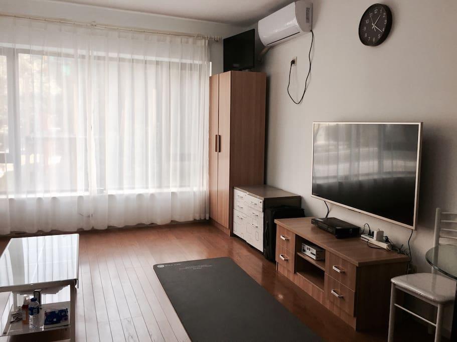 客厅干净整洁,50寸SONY全新电视,大转角壁挂
