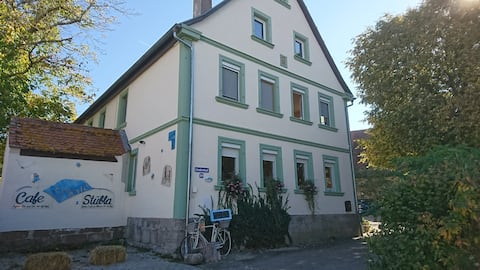 Lindenhof mit Cafe Szenestuebla