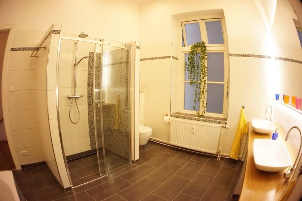 Das hochmoderne, geräumige Bad mit Fußbodenheizung
