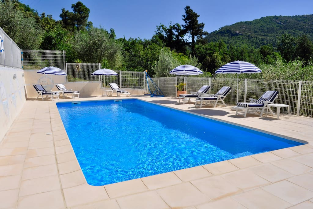 Piscine avec transats et matelas / Swimmingpool with deckchairs and mattresses