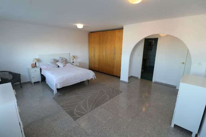 Large family room with ensuite - San Miguel de Salinas