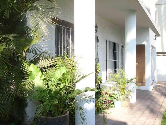 Casa pie carretera en Bucerías (3 cuadras playa) - Bucerías - บ้าน