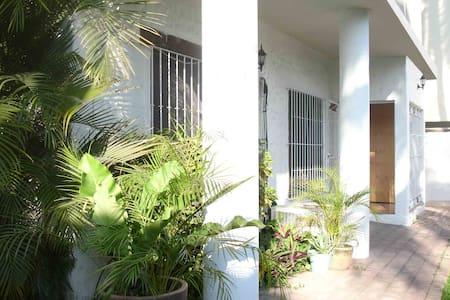 Casa pie carretera en Bucerías (3 cuadras playa) - Bucerías