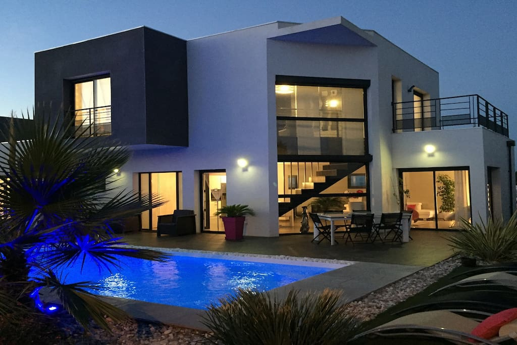 magnifique villa contemporaine avec piscine balneo villas louer agde occitanie france. Black Bedroom Furniture Sets. Home Design Ideas
