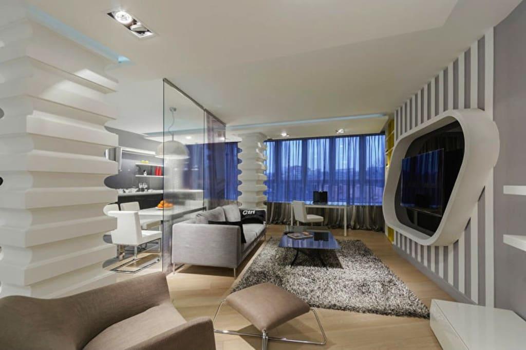 Зал совмещен с кухней и огорожен стеклянной перегородкой.