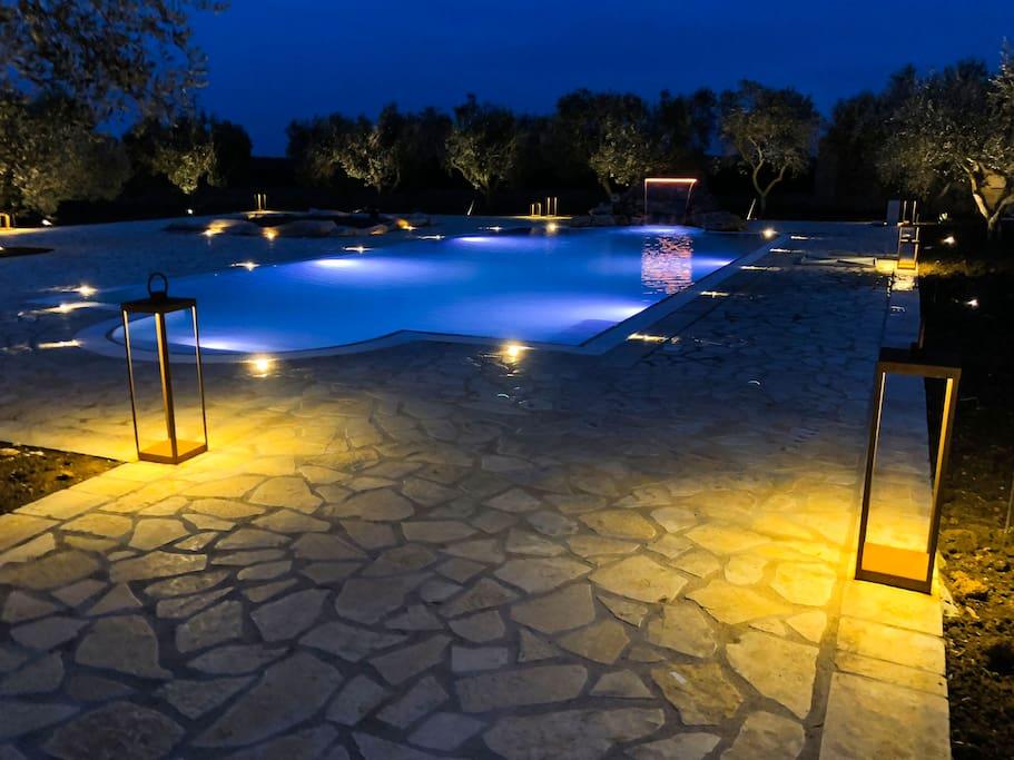 piscina con idromassaggio e cascata
