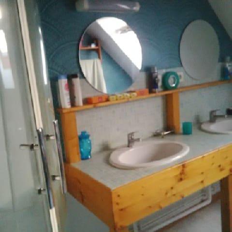 Salle de douche en partage mais pas tous en même temps !