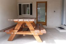 la buanderie et notre terrasse couverte pour profiter d'ombre et de fraîcheur