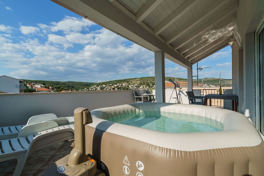30 sqm terrace with hot tub, parasol, beach loungers, dining table, even a telescope