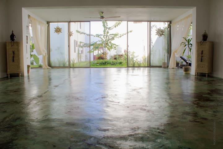 Al hospedarte en nuestra casa, tendrás acceso a una clase de yoga gratuita por persona.