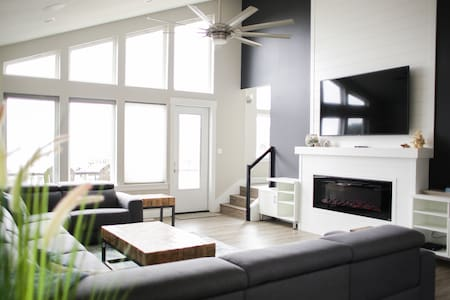 Serenity - New 5 Master Suite Beach House w/Views!