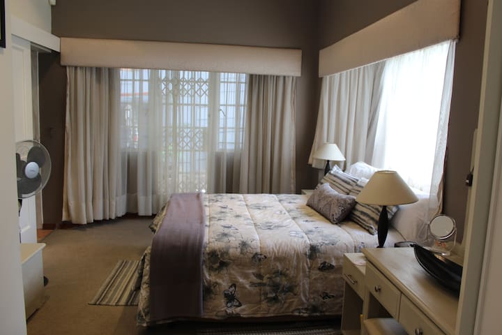 """Ronnie's Place """"Home from Home"""" Flat"""" - Alberton - 아파트"""