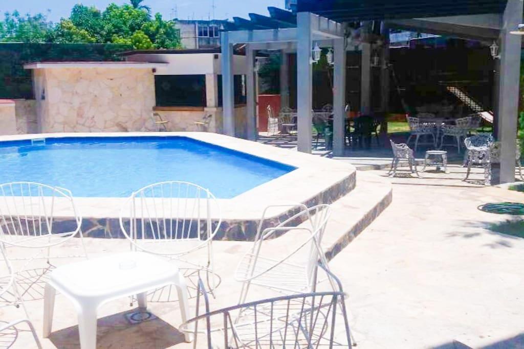 Terraza con piscina ideal para fiestas