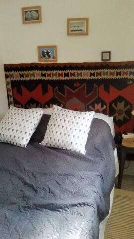 chambre , petite mais confortable lit en 120.