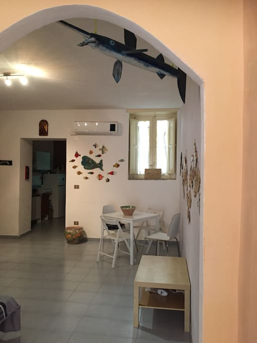 Zona pranzo con ingresso sulla cucina / Living room with entrance to the kitchen