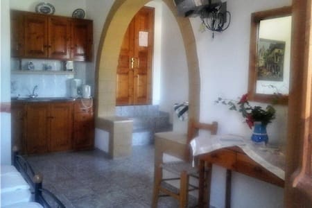 STUDIOS PLATANOS, HOUSE 1