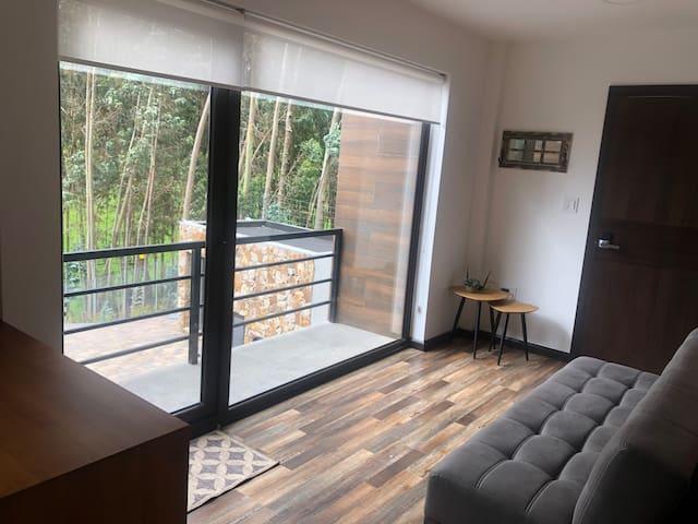 Suite: Salita y balcón con vista al valle, al fondo router Wifi (fibra óptica). Cerradura electrónica en la puerta (con código).