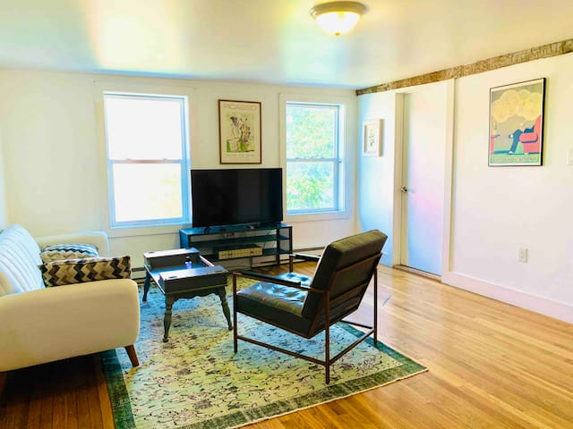 Spacious private apartment in the heart of Hudson!