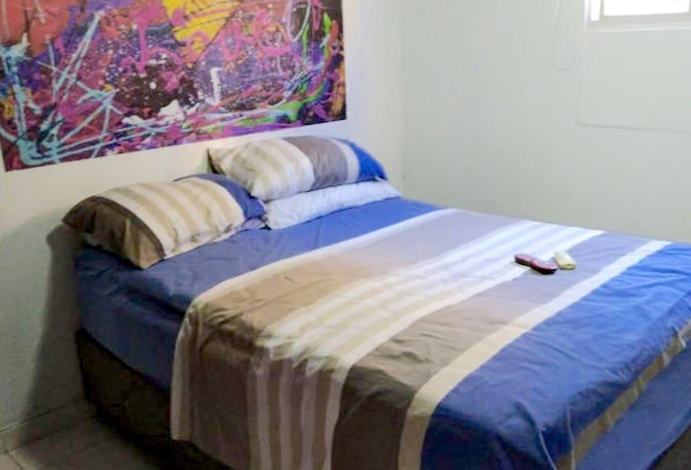 La habitación es segura y muy agradable. Cuenta con cama doble, sábanas limpias y nuevas, tv con internet y seguridad.
