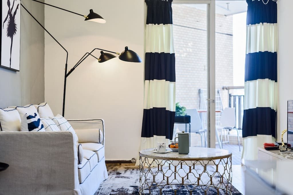 客厅外就是阳台,可以观景、洗衣。