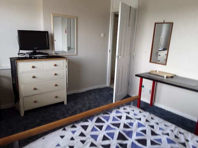 Large Double Room on quiet Cul-de-sac