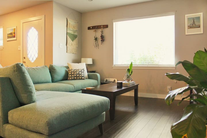Relaxing, Modern Space Centrally Located