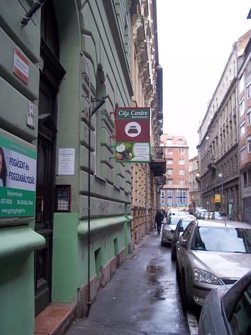 entrance of the building  of City Centre Apartments in Szentkirályi utca