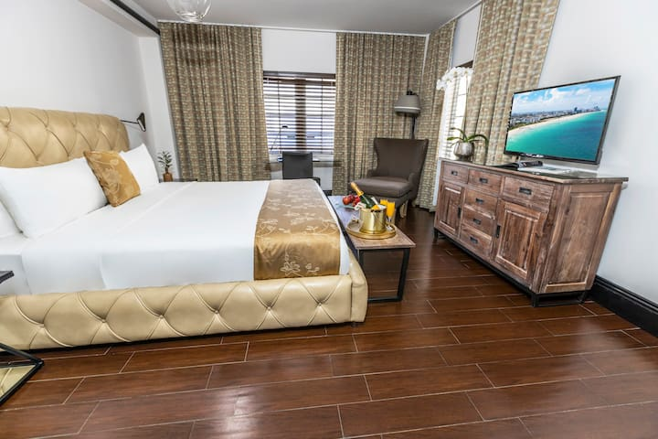 Beautiful Accommodation with 1 Queen Bed Across the Street from the Beach. Gorgeous Pool, Rooftop Sundeck, 24-Hour Restaurant. Faena District Miami Beach
