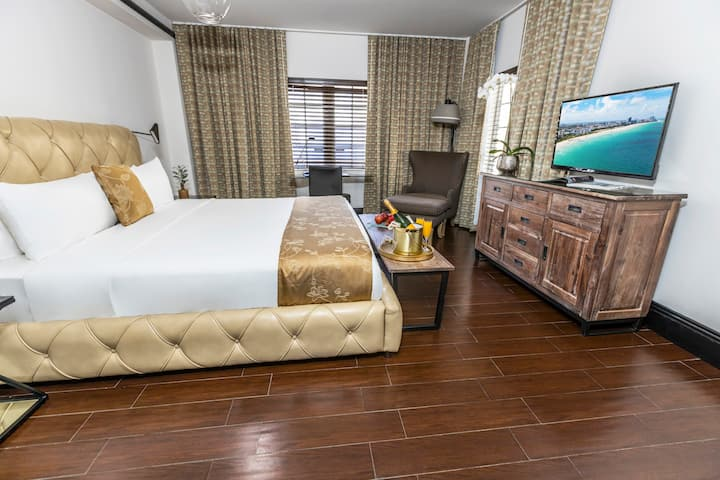 Beautiful Accommodation with 1 Queen Bed Across the Street from the Beach. Gorgeous Pool, Rooftop Sundeck, Restaurant and Bar. Faena District Miami Beach