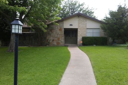 4 Bedroom and 2 Bath-Gameroom House - DeSoto