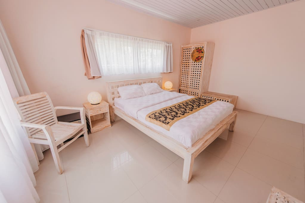 bedroom with private bathroom, cable TV, DVD player, wifi internet, hot water.