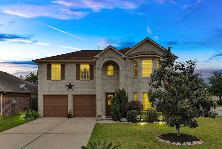Close to The Woodlands Mall/Airport. + In Home Gym