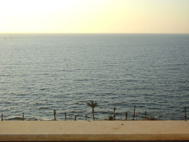Lovely three bedrooms flat with Direct Sea View
