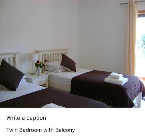 Twin bedroom Quarto com duas cama de solteiro