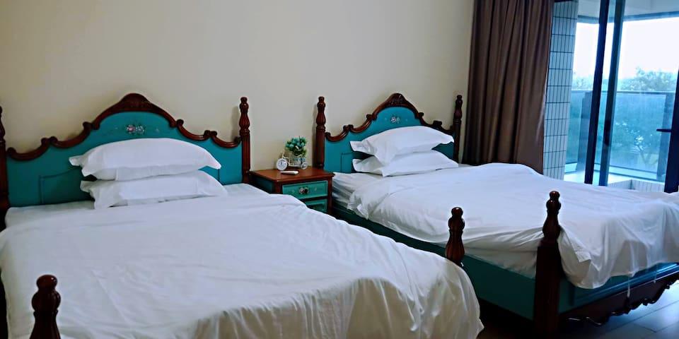 第二个卧室内摆有两张150的床,方便实用。也有独立卫生间