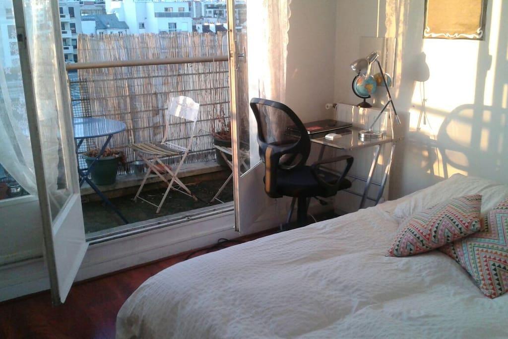 Chambre 1 avec lit double + bureau + accès au balcon